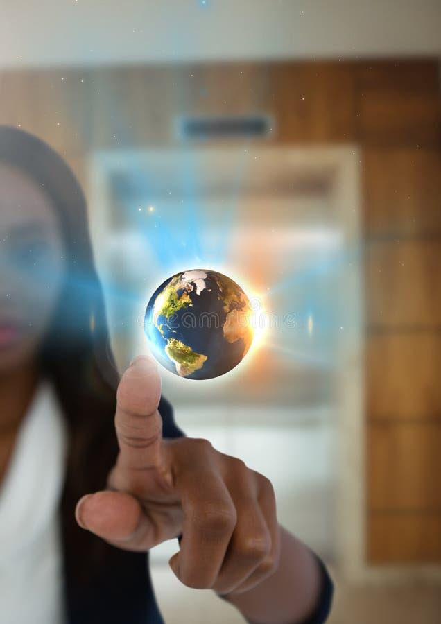 Globo del mondo ed aria commovente della donna di affari davanti all'elevatore immagine stock libera da diritti