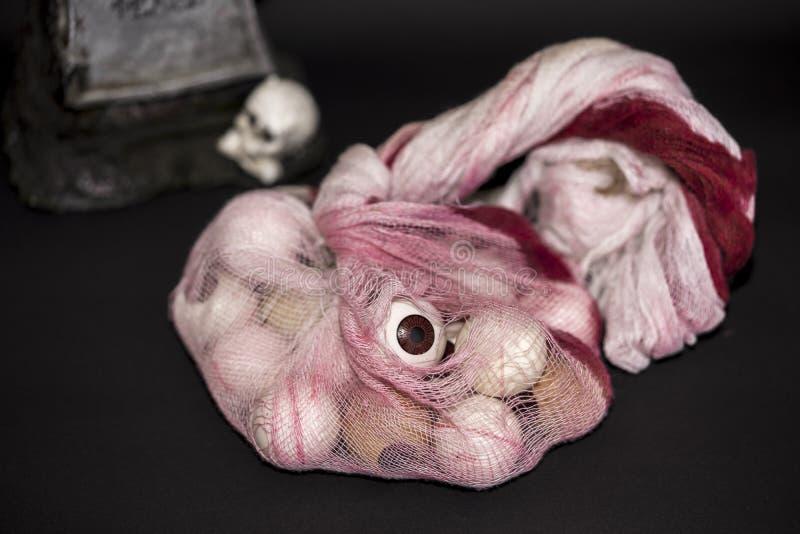 Globo del ojo de Halloween con la piedra sepulcral en el fondo foto de archivo libre de regalías