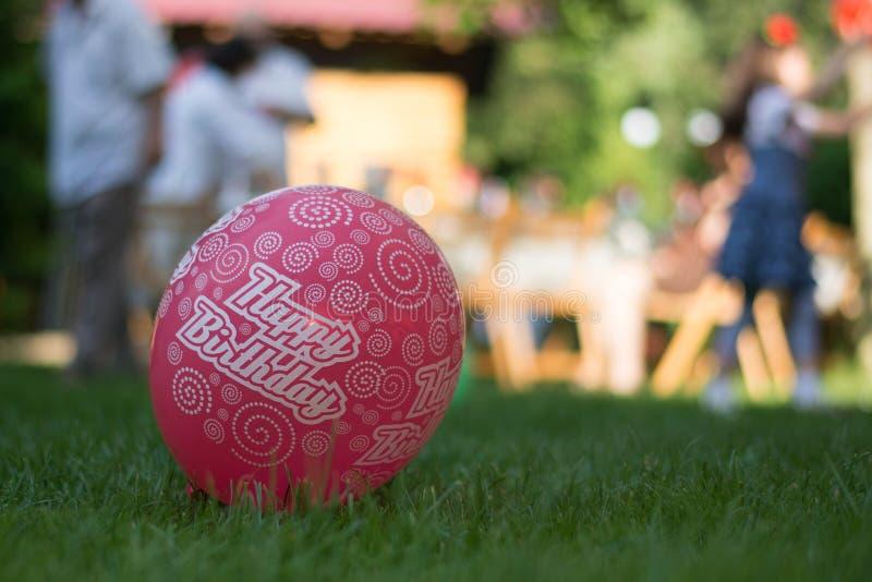 Globo del rosa del feliz cumpleaños foto de archivo libre de regalías