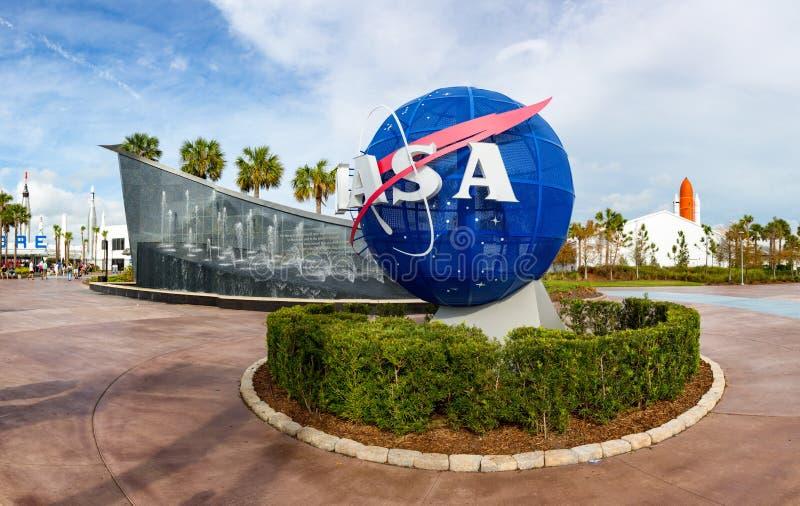Globo della NASA accanto al memoriale di Kennedy immagini stock