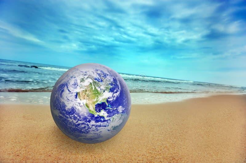 Globo della terra sulla spiaggia fotografie stock libere da diritti