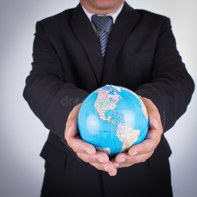 Globo di Holding World Map dell'uomo d'affari fotografia stock libera da diritti