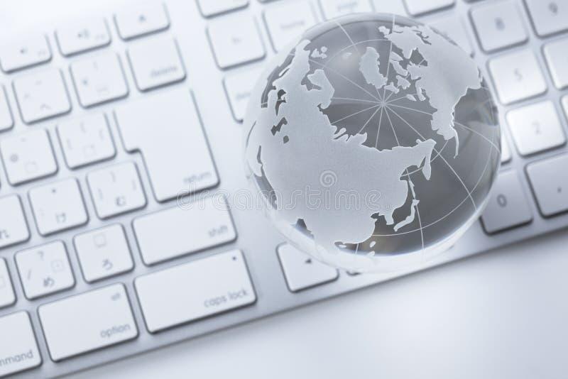Globo di vetro su una tastiera immagine stock libera da diritti
