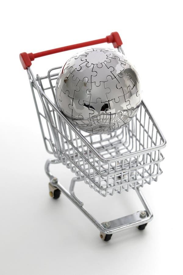 Globo do enigma do metal com carro de compra imagens de stock