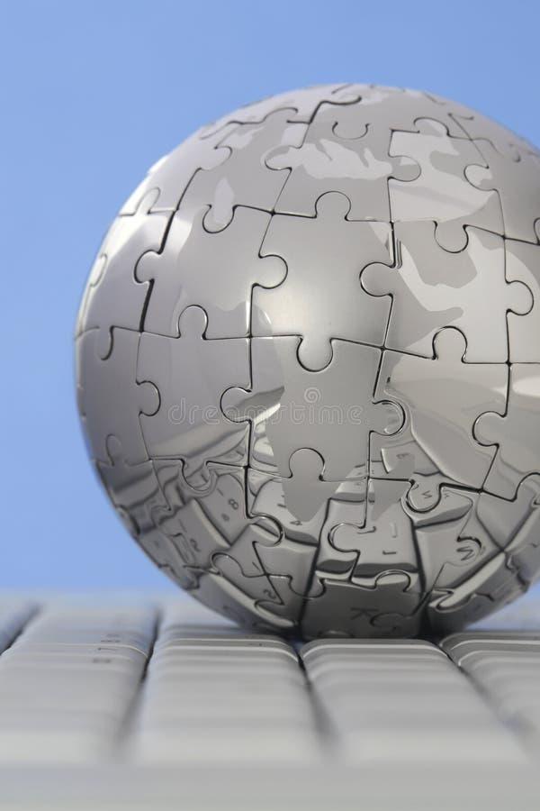 Globo do enigma do metal no teclado de computador fotos de stock