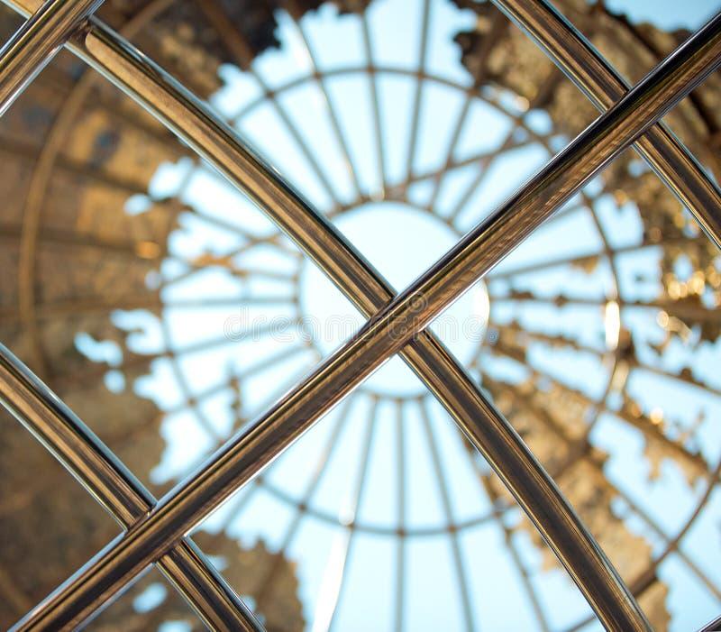 Globo do metal do ouro com um fundo dos azul-céu imagem de stock