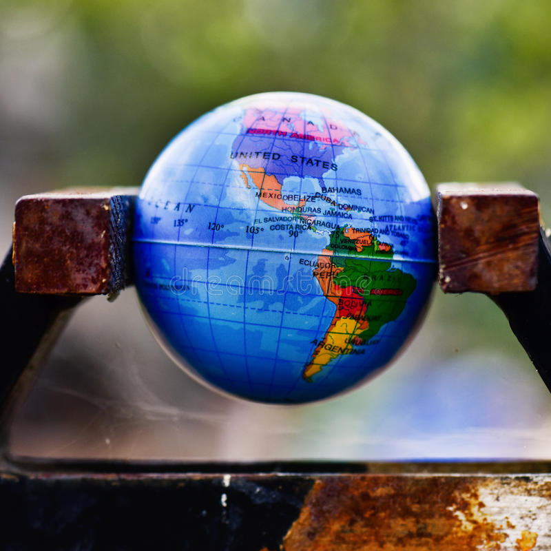 Globo do mundo em um torno fotografia de stock
