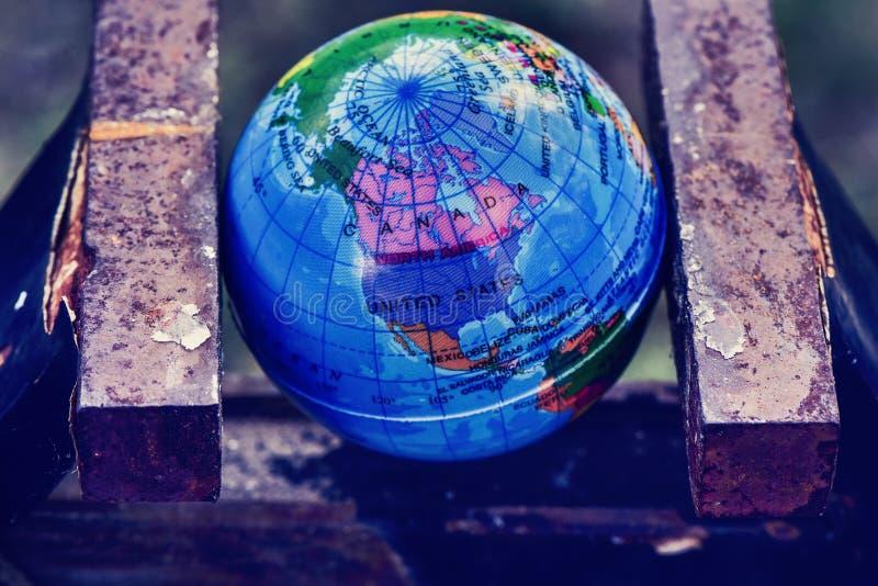 Globo do mundo em um torno imagens de stock