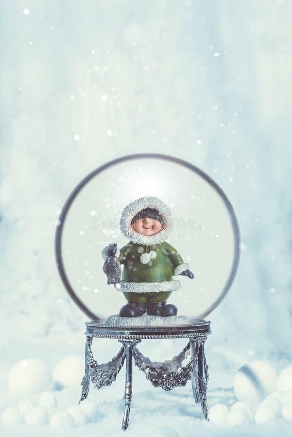 Globo do Natal com esquimó no suporte fotos de stock