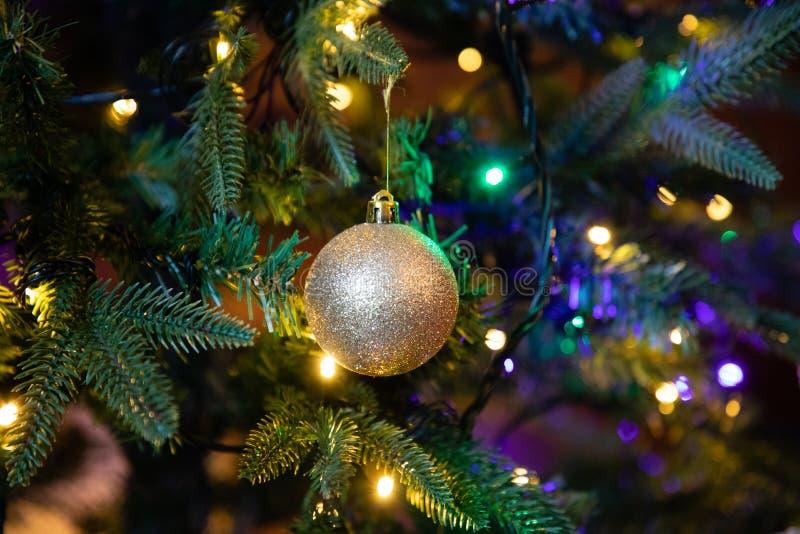 Globo dourado da decoração no fim da árvore de Natal acima imagem de stock