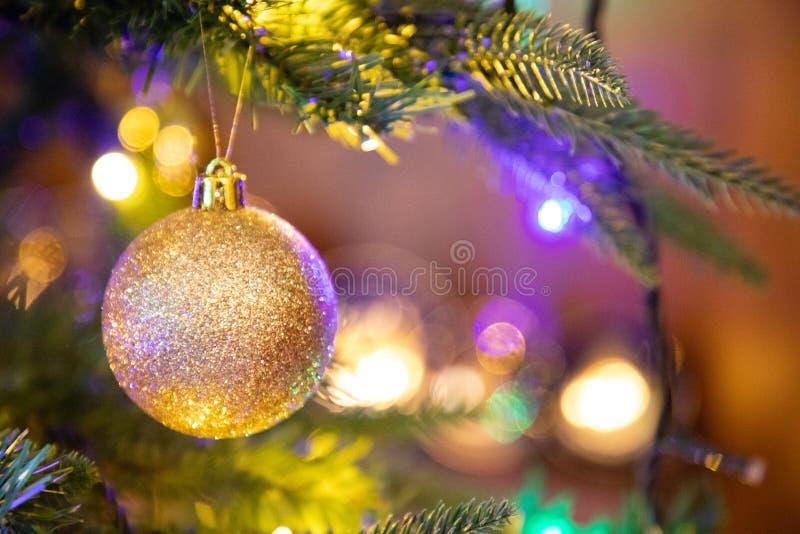 Globo dourado da decoração no fim da árvore de Natal acima foto de stock royalty free