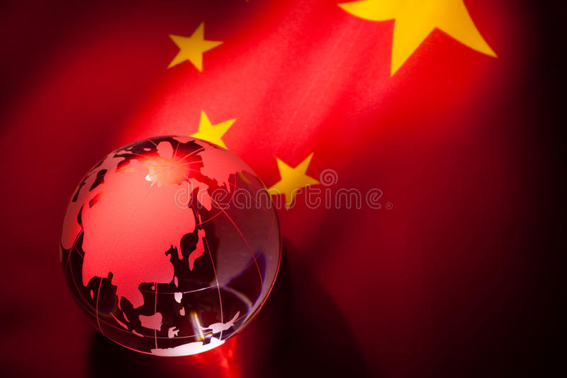 Globo e bandeira de China fotografia de stock royalty free