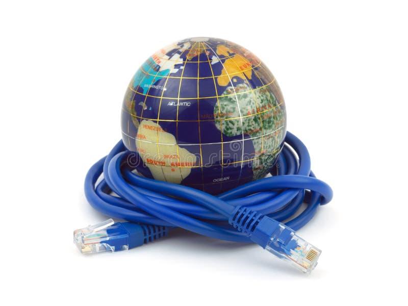 Globo e cavo del Internet fotografia stock libera da diritti