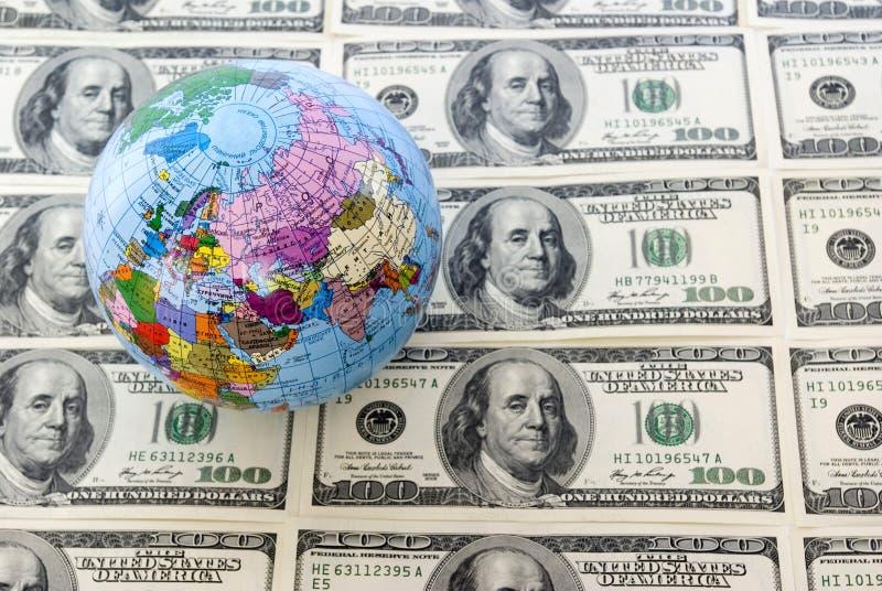Globo e dollari fotografie stock libere da diritti