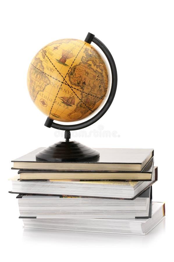 Globo e livros fotos de stock