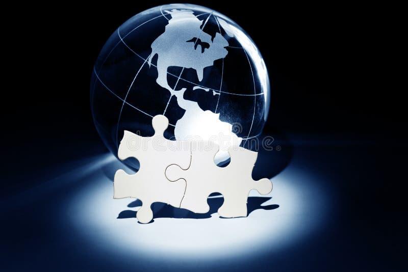Globo e puzzle bianco immagini stock
