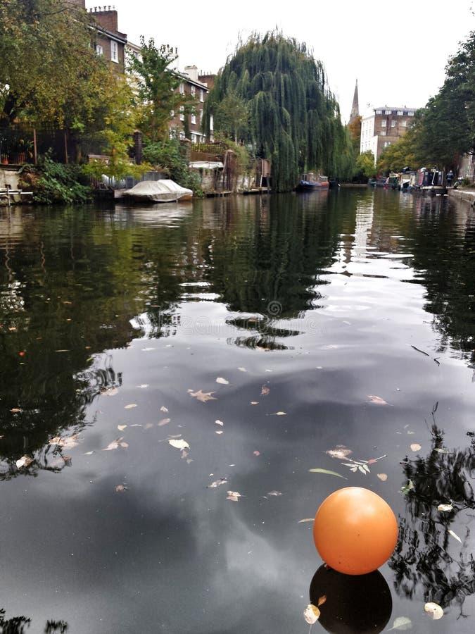 Globo en el río imagen de archivo libre de regalías