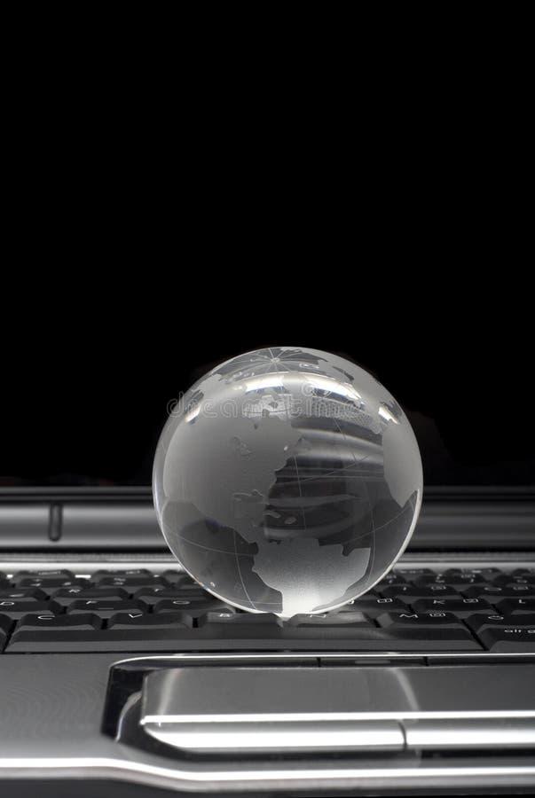 Globo en la computadora portátil imagenes de archivo