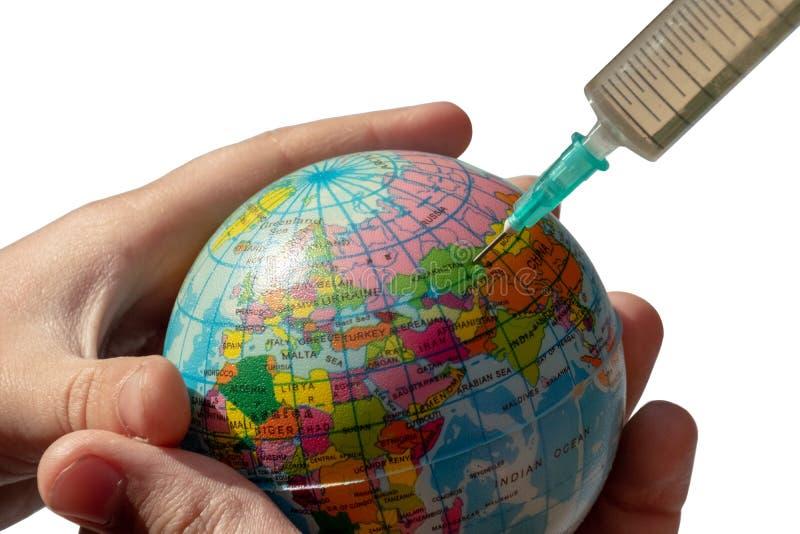 Globo en las manos de los niños Una jeringuilla se tapa en Kazajistán Aislado El concepto de enfermedad global y tratamiento del imágenes de archivo libres de regalías