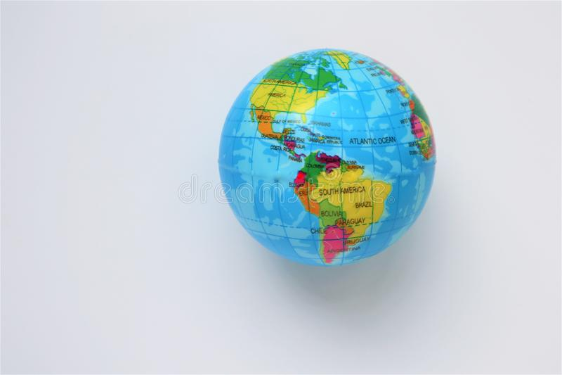 Globo falso della terra, universalmente su fondo bianco immagini stock libere da diritti