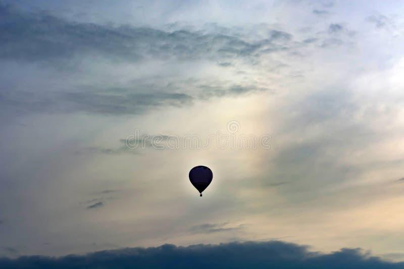 Globo a finales de la tarde en el cielo Copyspace fotos de archivo