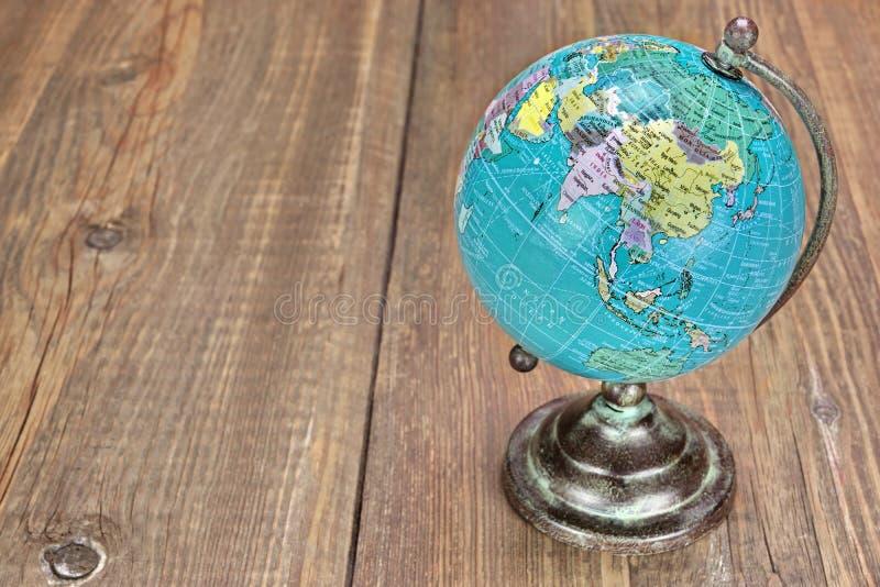 Globo geografico del mondo sulla Tabella di legno fotografie stock