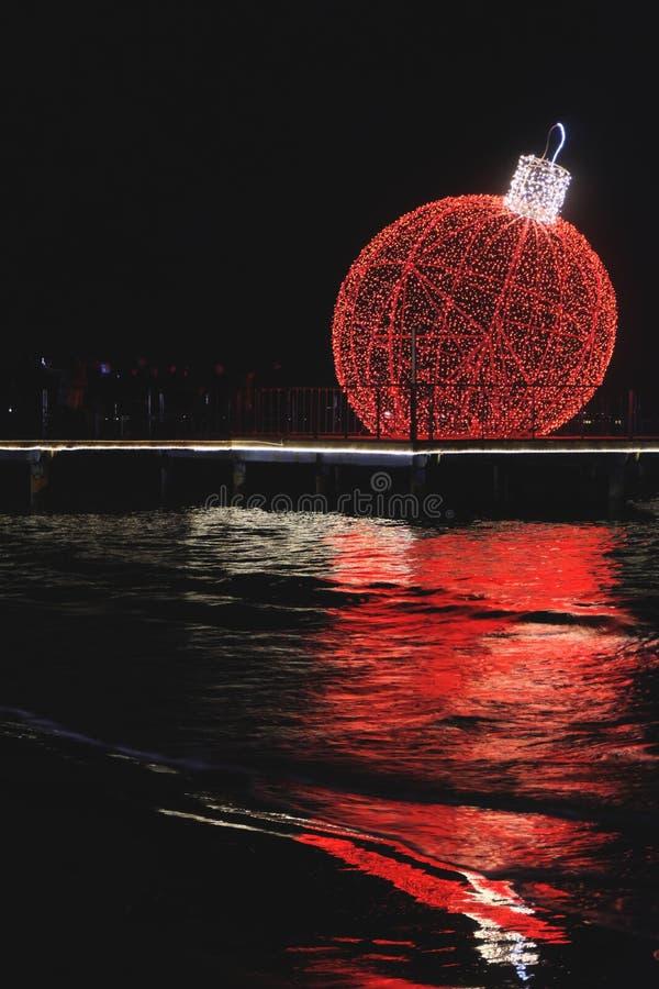 Globo gigante de la Navidad instalado por la costa en Larnaca foto de archivo