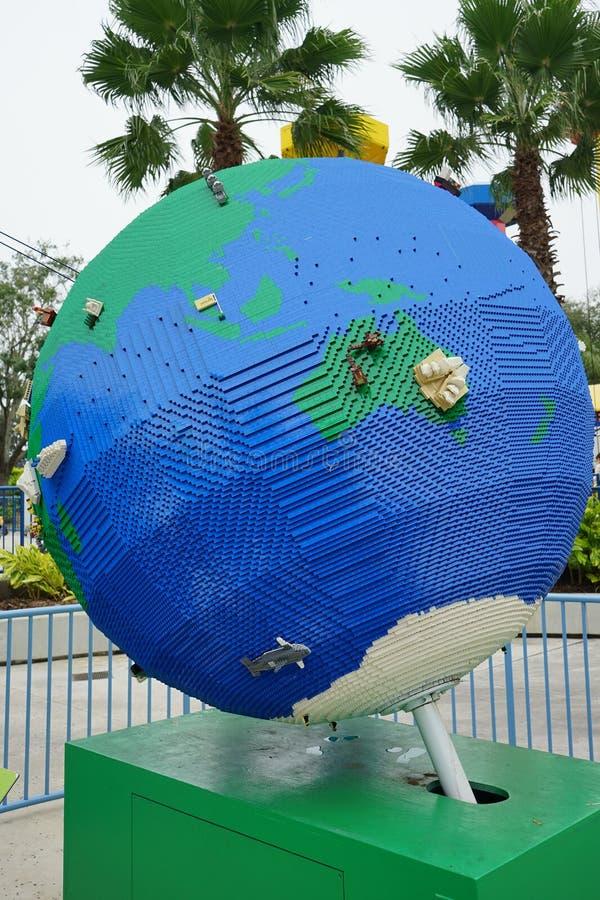 Globo grande hecho por lego foto de archivo