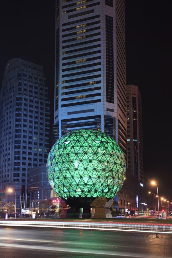 Globo illuminato al quadrato alla notte, Dalian, Cina di amicizia fotografie stock
