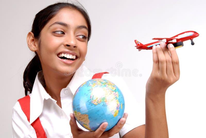 Globo indiano della tenuta della ragazza e un aereo del giocattolo immagine stock