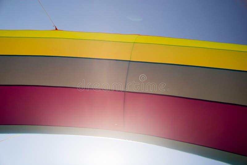 Globo inflable multicolor en el fondo del cielo imagen de archivo