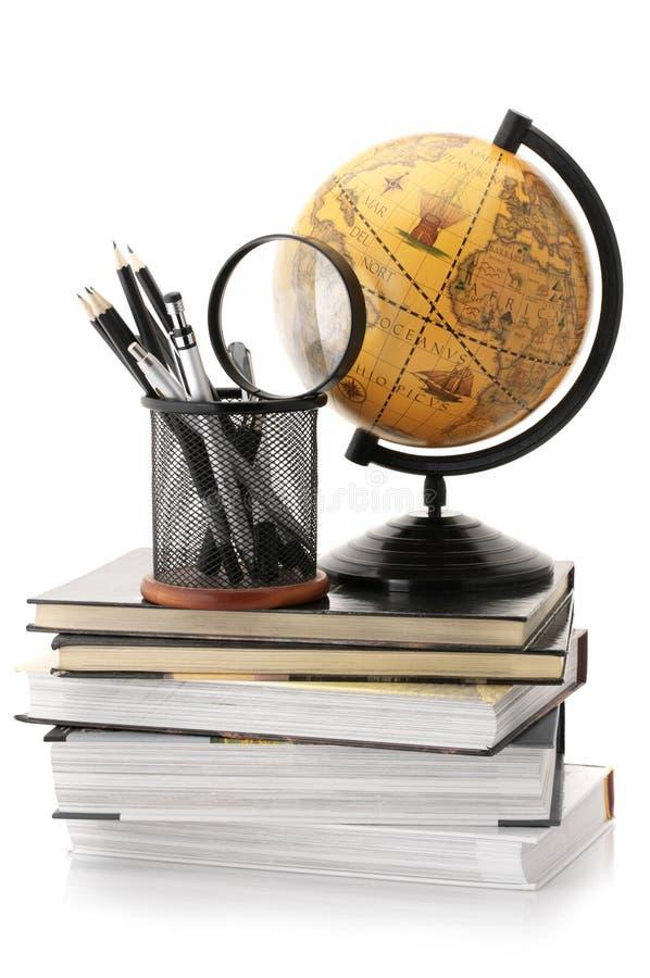Globo, livros e fontes de escritório foto de stock