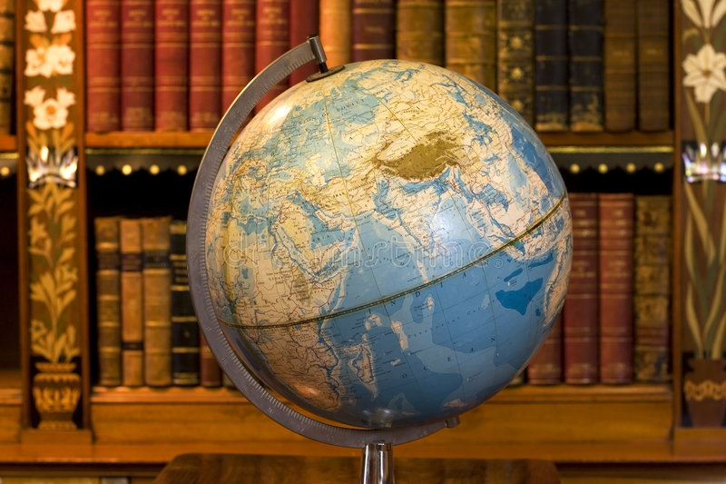 Globo na biblioteca velha imagens de stock