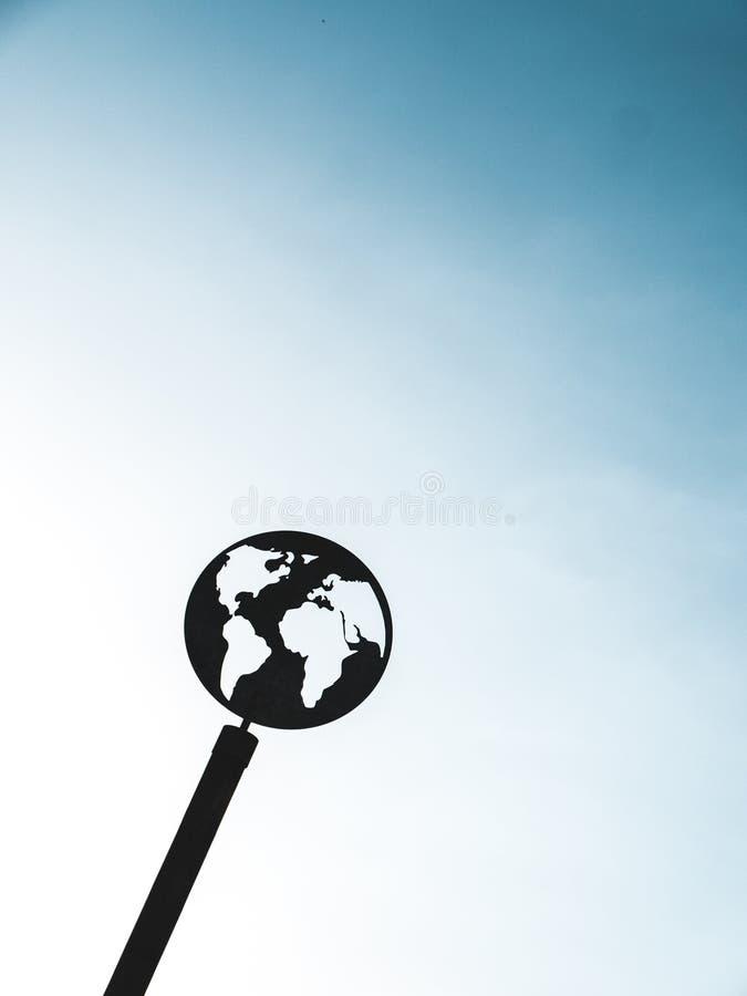 Globo negro del metal con el cielo azul foto de archivo libre de regalías