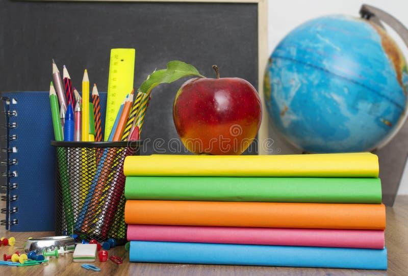 Globo, pila del cuaderno y lápices Accesorios de los estudios del alumno y del estudiante foto de archivo libre de regalías
