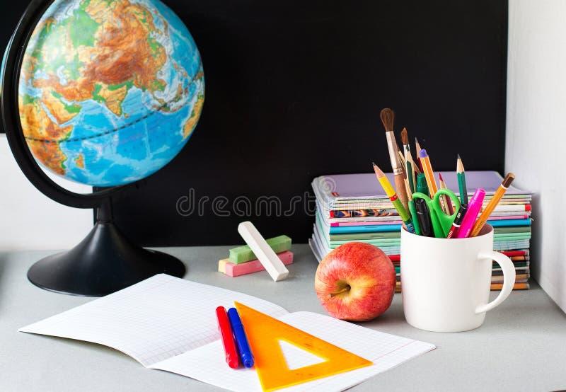 Globo, pilha do caderno e lápis na tabela Acess?rios dos estudos do aluno e do estudante De volta ao conceito da escola imagens de stock royalty free