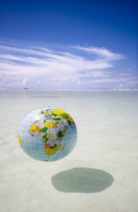 Globo que flota en el mar tropical fotos de archivo libres de regalías