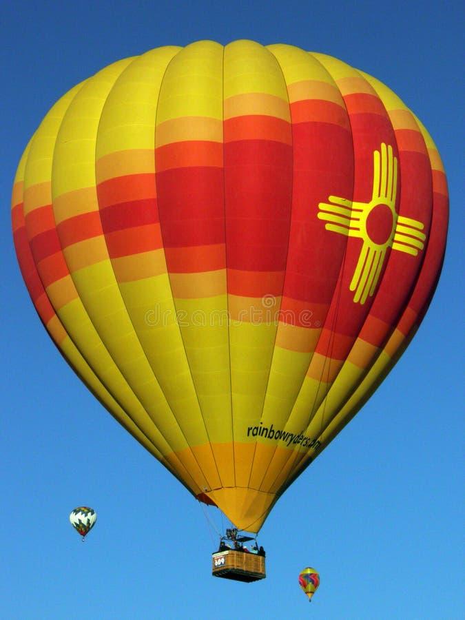 Globo radiante de Zia que brilla intensamente en los cielos en la fiesta internacional del globo de Albuquerque fotos de archivo libres de regalías