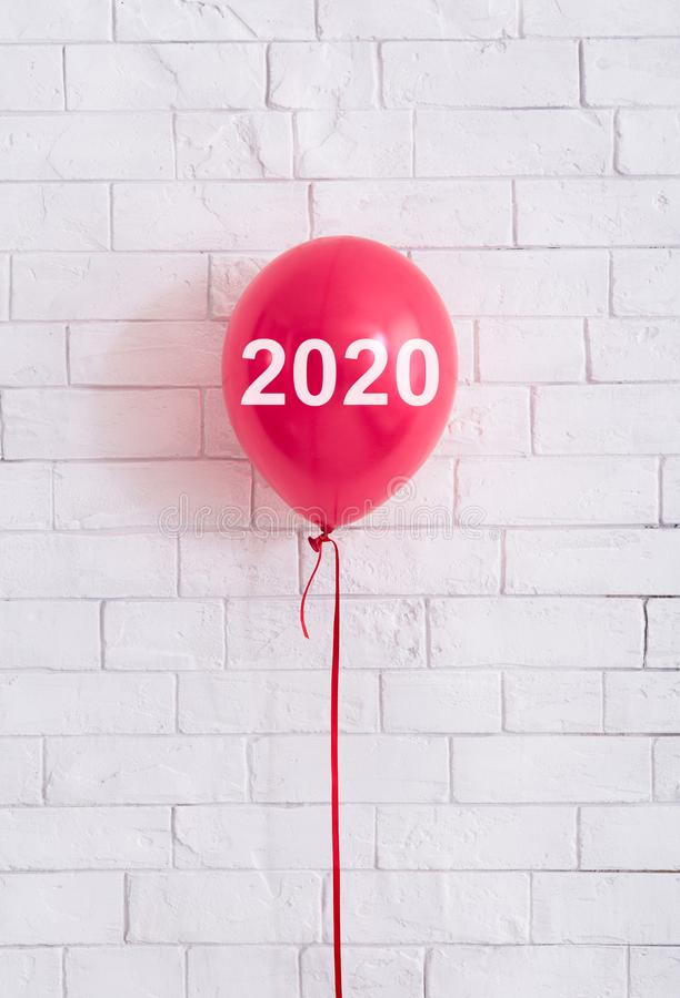 Globo rojo con el concepto 2020 delante de los ladrillos blancos wal imagen de archivo libre de regalías