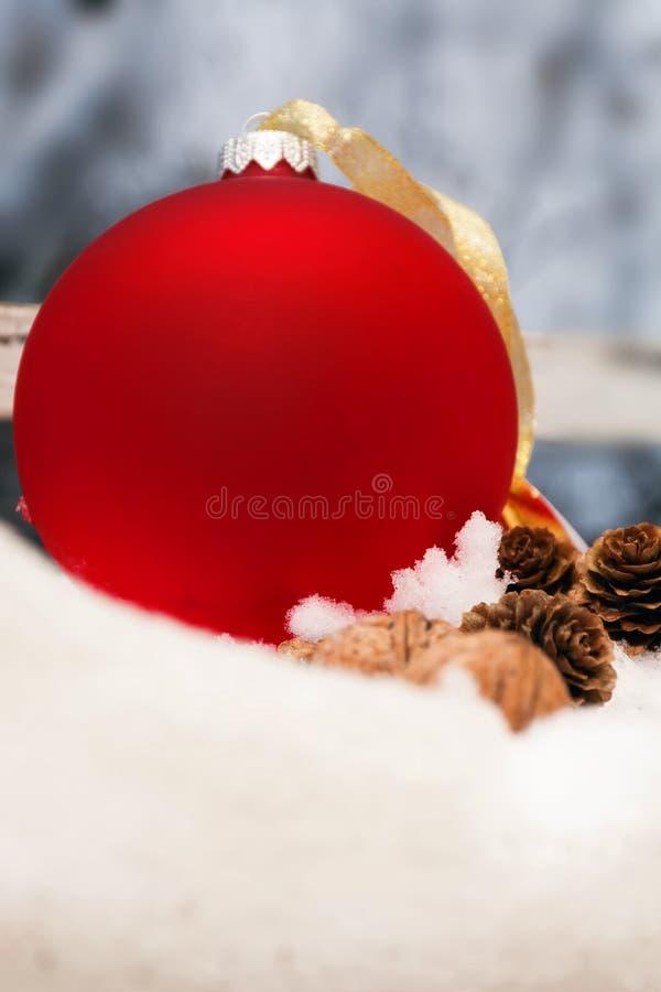 Globo rojo de la Navidad imagen de archivo libre de regalías