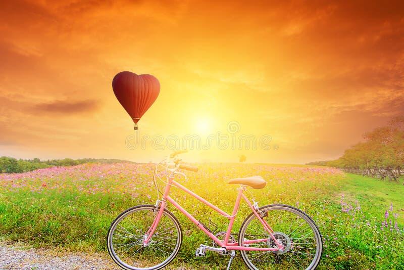 Globo rojo hermoso en la forma con las bicicletas imágenes de archivo libres de regalías