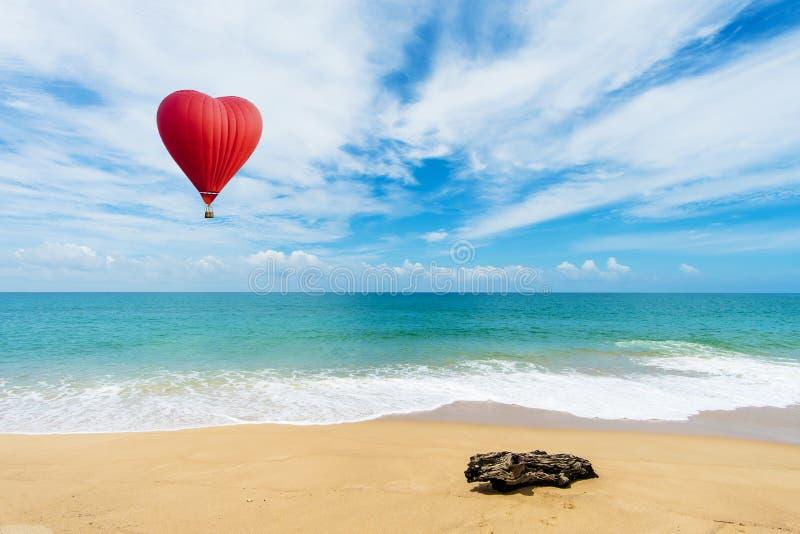 Globo rojo hermoso en la forma de un corazón en la playa del khao del AMI imágenes de archivo libres de regalías