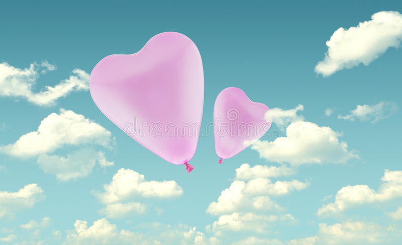 Globo rosado del corazón del amor en el fondo del cielo azul, concep de la tarjeta del día de San Valentín fotografía de archivo libre de regalías