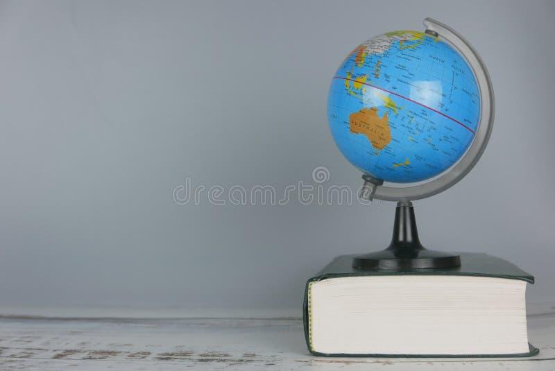 Globo sobre el libro Mundo y concepto de la educación Copie el espacio para el texto o el logotipo fotografía de archivo