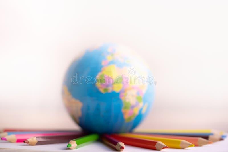 Globo sulle matite di coloritura fotografie stock