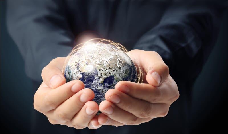 Terra do globo na mão humana imagens de stock royalty free