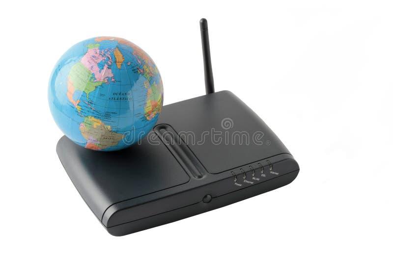 Globo terrestre sopra un router nero isolato sul backgrou bianco immagini stock