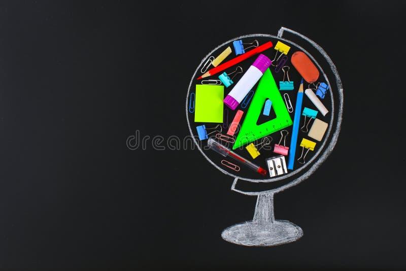 globo tiza-dibujado que contiene la pizarra de la escuela y de los materiales de oficina estudio del concepto, escuela, ventas stock de ilustración