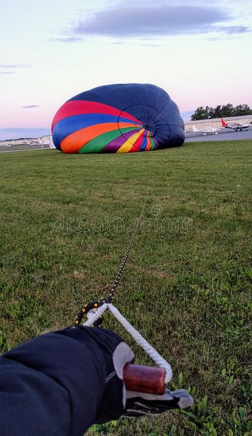 Globo vertical del aire caliente que infla en Frederick Municipal Airport Maryland imágenes de archivo libres de regalías