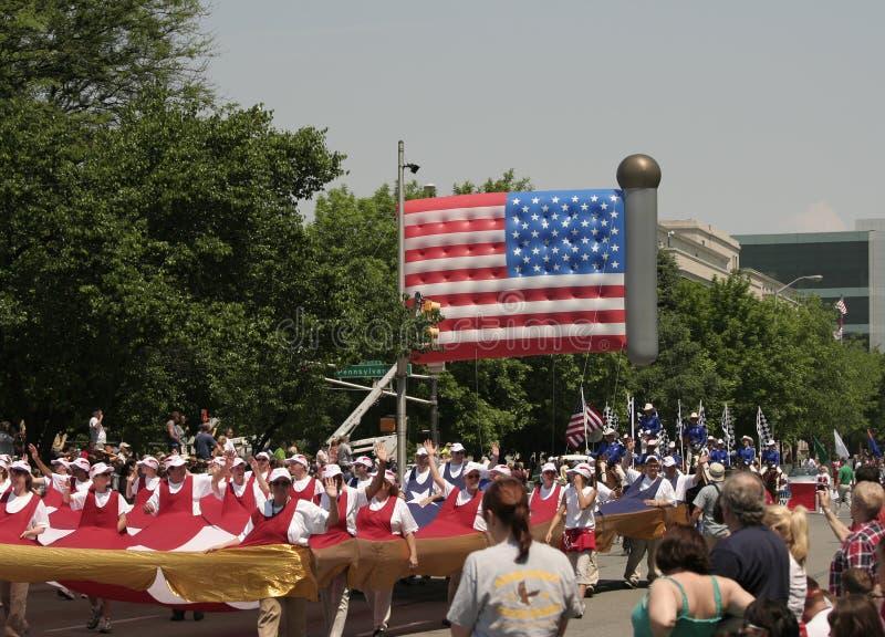 Globo y gente grandes de la bandera de los E.E.U.U. en el desfile de Indy 500 foto de archivo libre de regalías